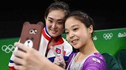 南北朝鮮の体操女子たちが自撮りで交流、彼女たちの外交は10点満点だ(画像)