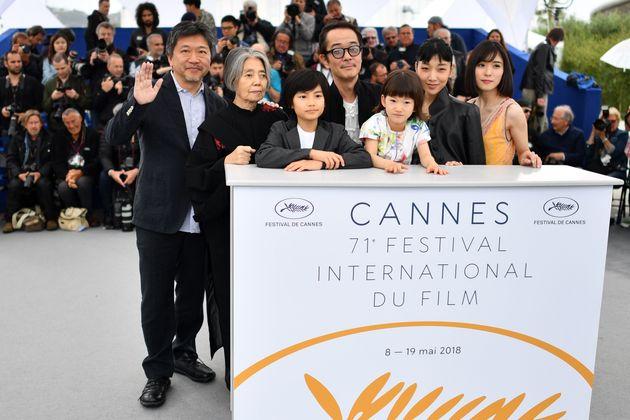 カンヌ映画祭に登壇した、「万引き家族」の出演メンバー。樹木さん(左から2人目)と是枝監督(左端)