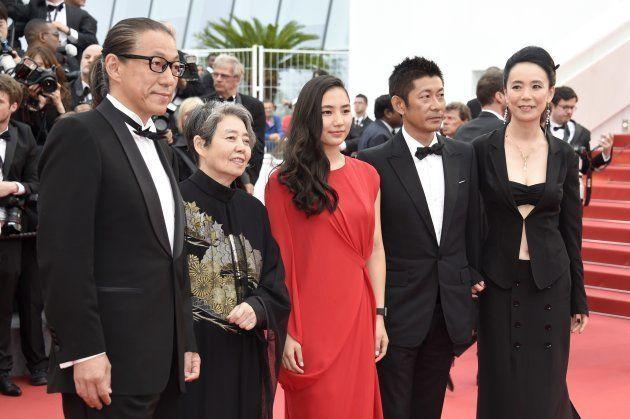 映画「あん」で共演した孫内田伽羅さん(中央)とともにカンヌ映画祭に参加=2015年5月