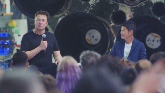 会見で記者の質問に回答するイーロン・マスク氏(左)と前澤友作氏(右)