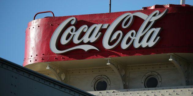 コカコーラの工場に掲げられた看板