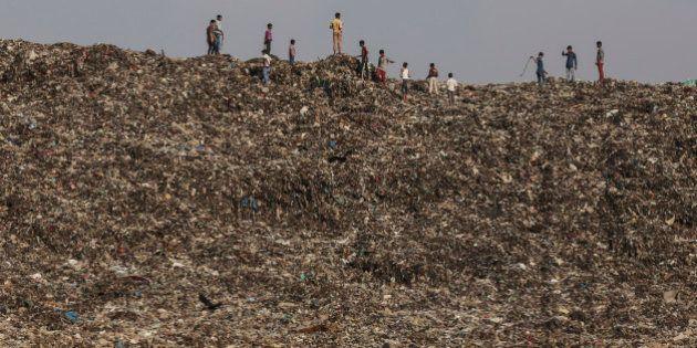 インド最大の都市ムンバイは「ゴミ山の街」と化した(画像)