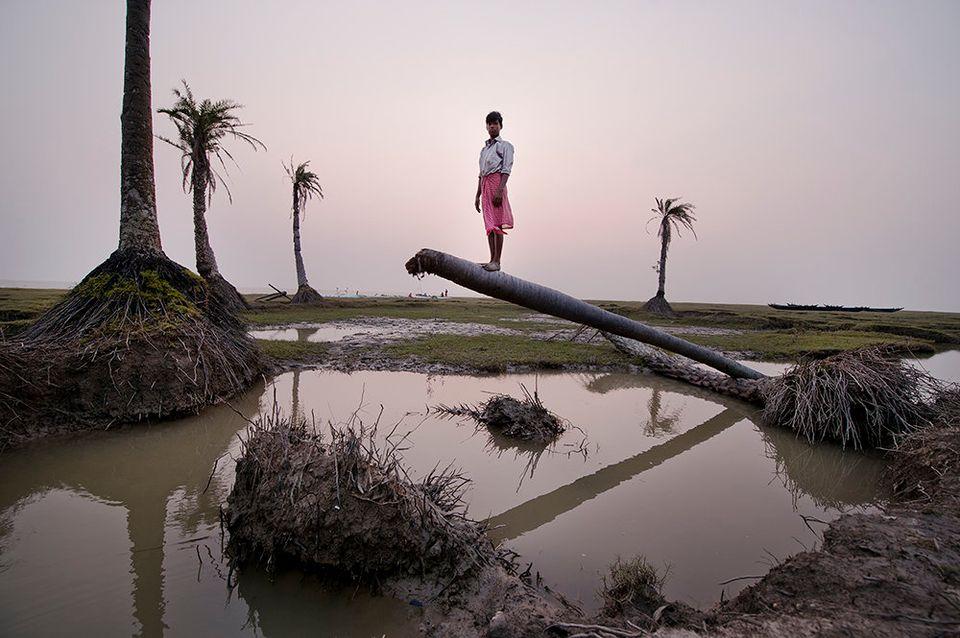 「25年で半分が沈んだゴラマラ島」シュールな写真集
