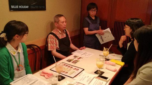 「ケムラン」は文京区社会福祉協議会の提案公募型協働事業(Bチャレ)に採択され、区内の禁煙店のガイドを作製する仕事も始まった。写真は、店を訪問し、聞き取り調査する伊藤さんたち=フミコム提供