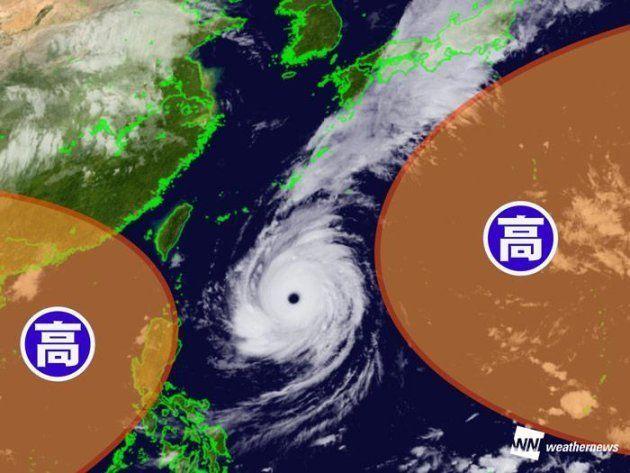 台風24号の雲と周辺の高気圧の様子