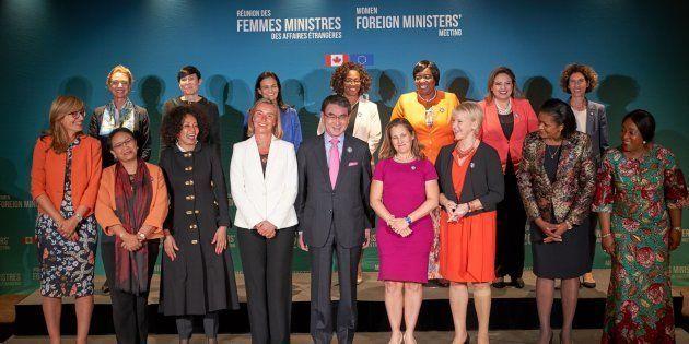 カナダ・モントリオールで開催された女性&G7外相会合で記念撮影に納まる各国外相。前列中央は河野太郎外相(カナダ・モントリオール)