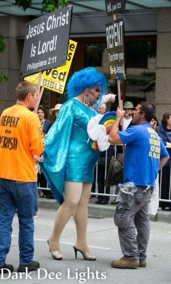 同性愛者たちのパレードに抗議する反同性愛の集団に、ドラァグクイーンが一人立ち向かう(動画)