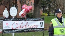 50年間同じ交差点に立ち続けた92歳の交通指導員、学校が感謝のお祝い
