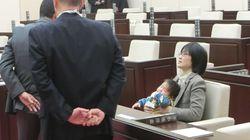「のど飴」で議会を退席に。乳児同伴で話題になった熊本・緒方夕佳市議に真意を聞いた。
