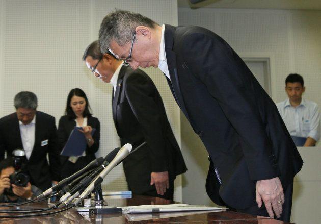 記者会見で頭を下げる大阪府警の広田耕一本部長(手前)=9月30日午前5時、大阪市中央区
