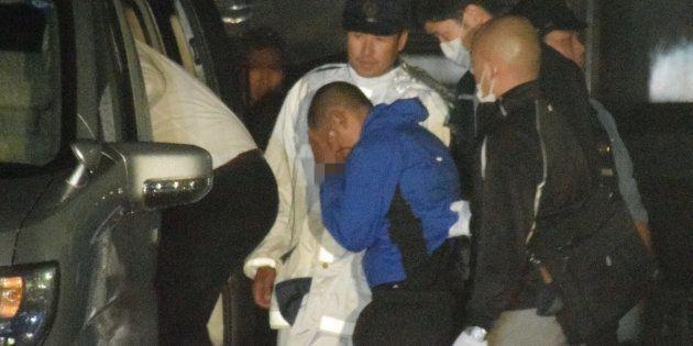 加重逃走容疑で再逮捕され、移送される樋田淳也容疑者(中央手前)=9月30日午前4時すぎ、山口県周南市※容疑者の手錠にモザイク処理をしています