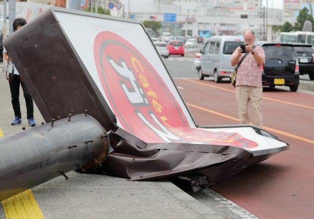 台風24号の強風で倒れたファミリーレストランの看板=30日、沖縄県浦添市