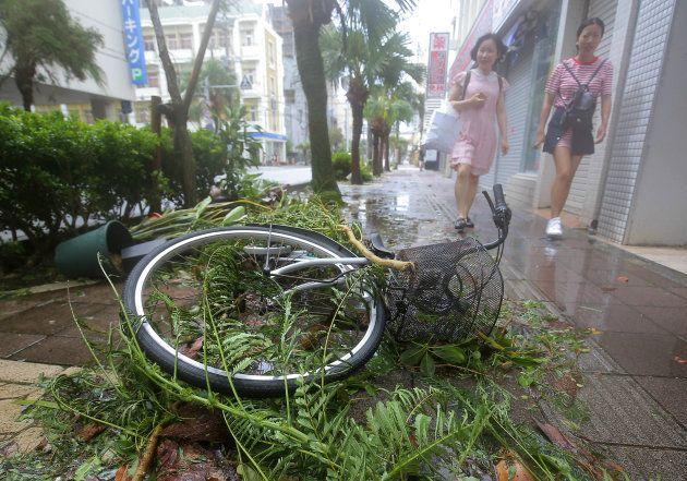 台風24号の強風で倒れた自転車と折れた枝=29日午後、那覇市
