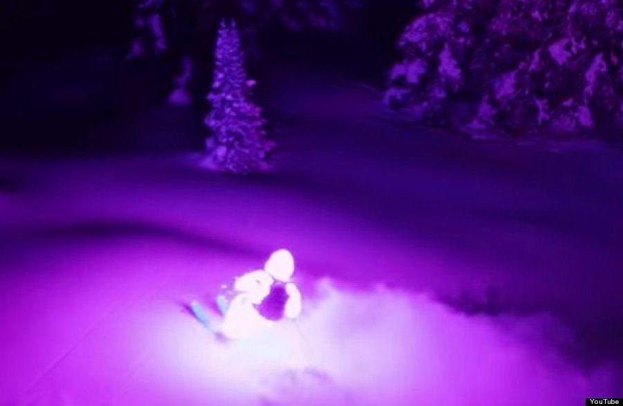 LEDを全身に付けて暗闇のゲレンデを滑る「ナイトスキー」は、現実離れした美しい芸術になる(動画)