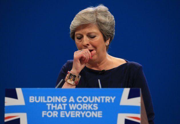 「のど飴」で怒号が飛ぶ熊本市議会。イギリスでは、咳き込むメイ首相がのど飴をもらってた