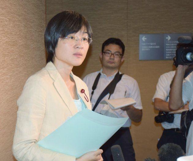 熊本市議会本会議で議長から退席を命じられた後、取材に応じる緒方夕佳議員
