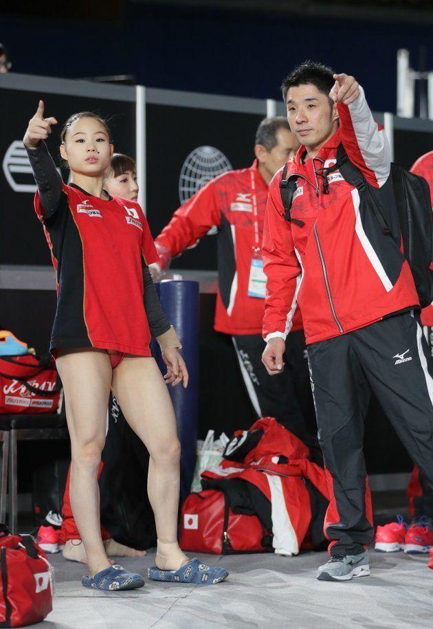 世界体操の開幕を翌日に控え、練習で言葉を交わす宮川紗江(左、セインツク)と速見佑斗コーチ=2017年10月1日、カナダ・モントリオール
