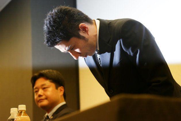 宮川紗江選手に対する暴力など一連の騒動について会見で頭を下げる速見佑斗コーチ(右)=9月5日午後、東京都港区