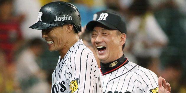 サヨナラ本塁打を放った糸井嘉男を笑顔で迎える阪神の金本知憲監督=2017年08月30日、甲子園