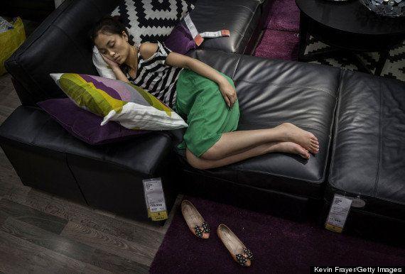 中国のイケアでは、客が展示品のソファやベッドで寝てもいい(画像)