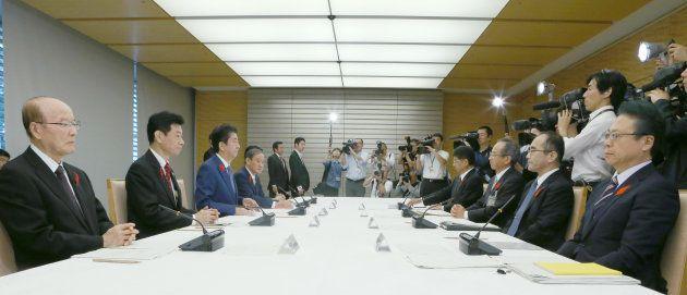 天皇陛下の退位と皇太子さまの即位などについて話し合う式典委員会=10月12日午前、首相官邸