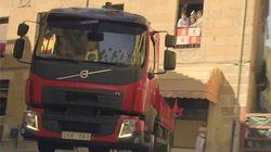 【動画】真っ赤に塗ったボルボのトラックを闘牛が追うお祭り感覚のCM
