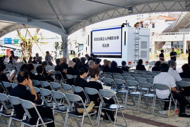 開式の数時間前から、会場近くには参列者が集まっていた=2018年10月9日午前、那覇市の奥武山公園