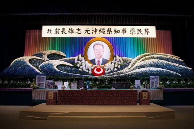 祭壇には、座右の銘が書かれた銘板や、9月の県民大会で身につける予定だった帽子などが並べられていた=2018年10月9日、那覇市の県立武道館