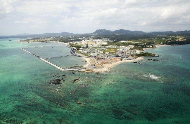 米海兵隊普天間飛行場の移設先に計画されている辺野古の海岸。中央は米軍のキャンプ・シュワブ。移設工事は現在、県による埋め立て承認撤回で止まっている=2018年10月2日、沖縄県名護市(小型無人機で撮影)