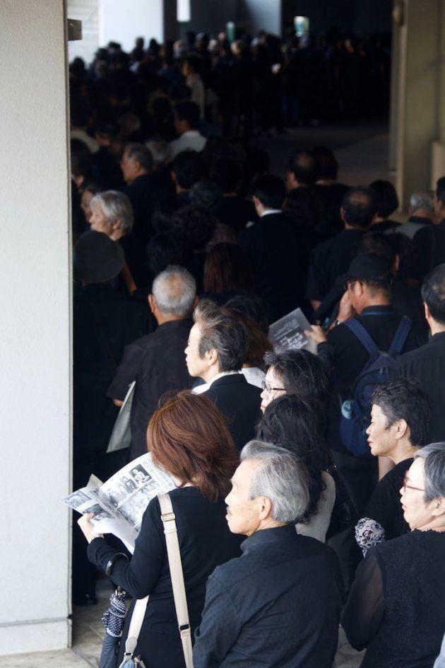県民葬の会場に入りきらなかった人々が、献花のために長い列をつくった=2018年10月9日午後、那覇市の奥武山公園