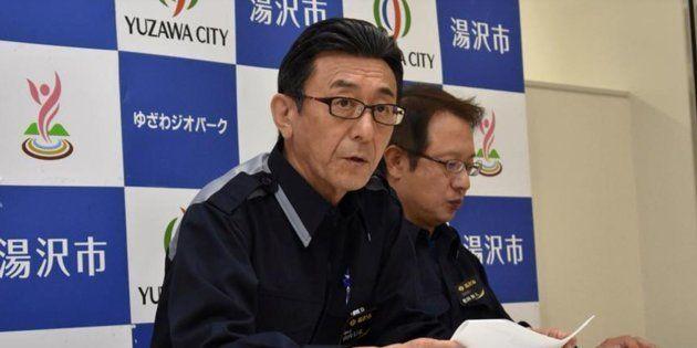地震被害を想定した臨時記者会見で、説明する山内信弘副市長(左)
