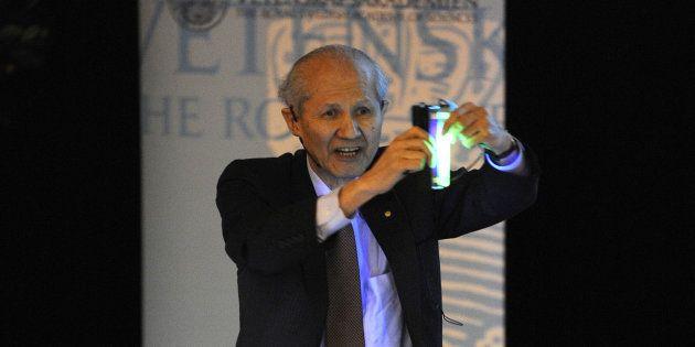 2008年12月、ストックホルム大学で緑色に光る「GFP」を披露する下村脩さん