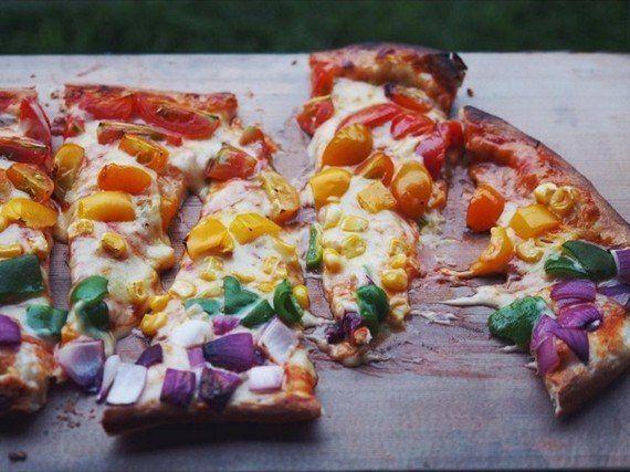 パーティで歓声があがる「#レインボーピザ」がブームの予感