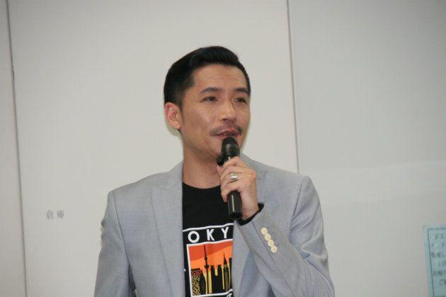 10月23日、渋谷区内で記者会見をするZeebraさん