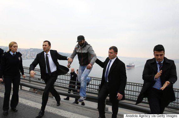 トルコ大統領、飛び降り自殺しようとしていた男を偶然助ける【動画】