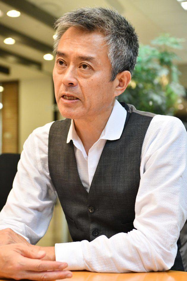 インタビューに応じる相沢冬樹さん=東京