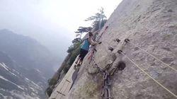 断崖絶壁の上を歩く世界一危険なハイキング【動画】