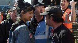 極右団体の集会に、パキスタン系の女性が堂々立ち向かう「ちっとも怖くなかった」(画像)