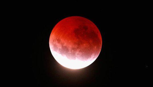 【皆既月食】赤い月、世界中で妖艶に輝く(動画あり)