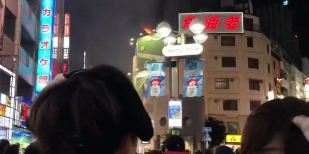 ハロウィン渋谷センター街でビル...