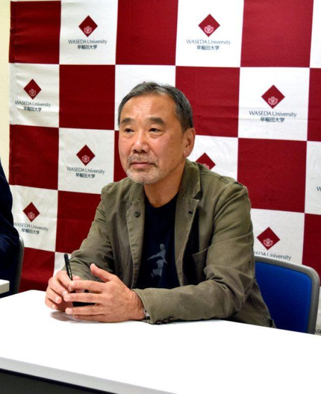 国内では37年ぶりとなる記者会見に臨んだ村上春樹さん=4日、東京都新宿区の早稲田大学
