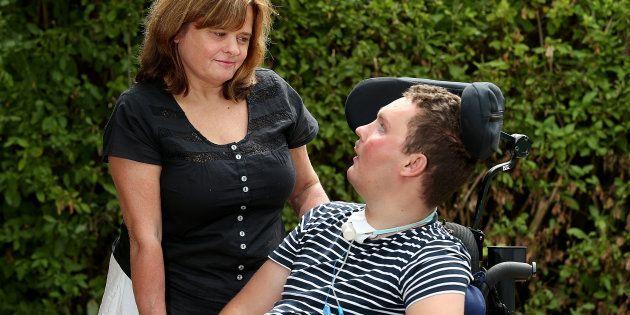 車椅子生活を送っていたサム・バラードさん(右)と母親(2018年2月撮影)