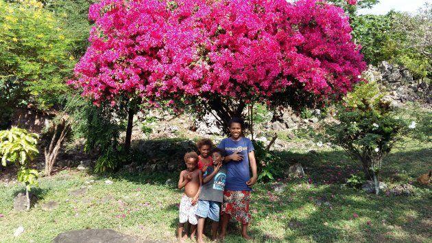 村に行くと沢山の子ども達に出会います。兄妹姉妹関係なく、皆で小さな子どもをあやしています。