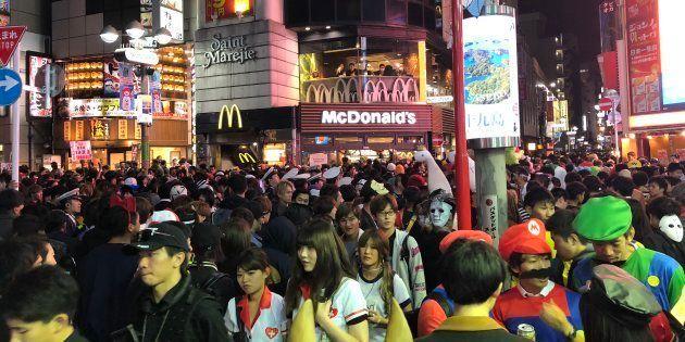 ハロウィン当日の渋谷の群衆
