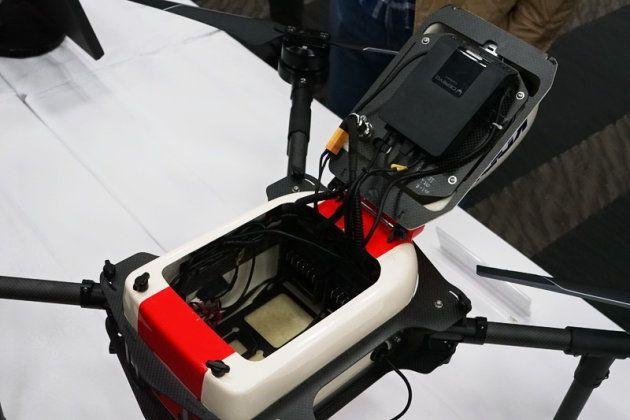 内部に搭載したバッテリーで、最大20分、往復10km程度の飛行が可能としています