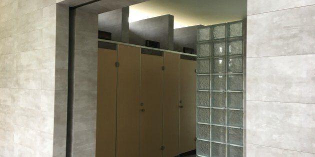 腹痛で女子トイレ入った男性に無罪 「男女