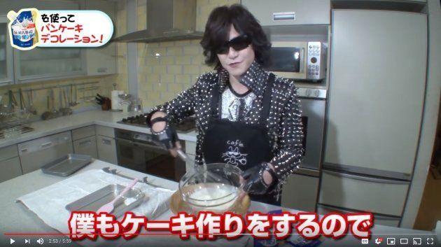 デコレーションパンケーキを作るToshlさん