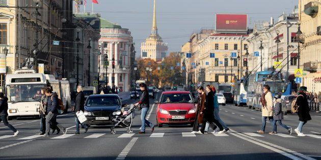 横断歩道で一時停止する車