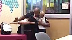 1人でぽつんと食事する警察官に、3歳児が近づいてハグ(動画)