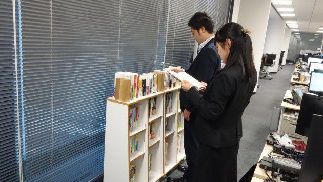DELL社員が執務中に参考になる書籍を探している様子。いいヒントが見つかるといいのですが。
